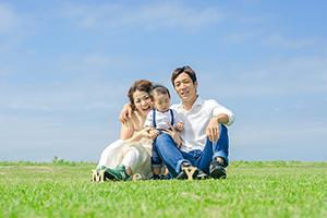 レノファ山口で活躍する島屋さん夫妻の家族写真。